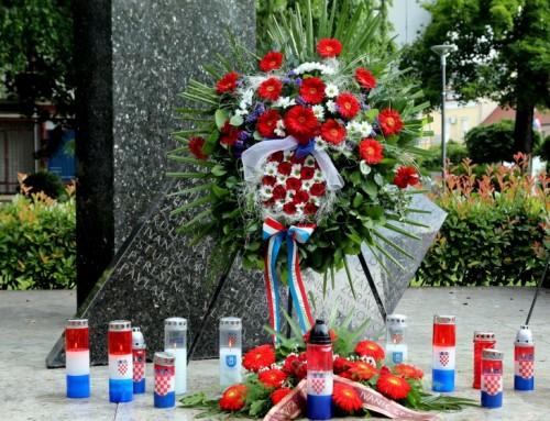 Polaganjem vijenaca i paljenjem svijeća u Ivanić-Gradu obilježen Dan državnosti