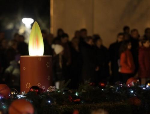 Upaljena prva svijeća na adventskom vijencu
